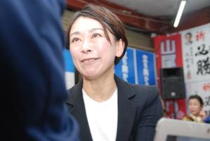 支援者と握手する山尾志桜里氏(撮影・松浦隆司)