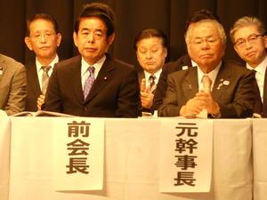 自民党都連の最高顧問への就任が発表された内田茂氏(右)と下村博文氏=17年12月9日