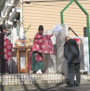 白石隆浩容疑者宅のアパートで神職による慰霊祭が行われた(撮影・清水優)