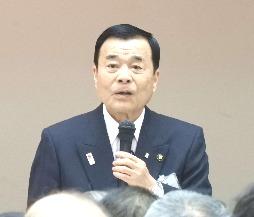 市民からの質問に答える菅良二今治市長(撮影・太田皐介)