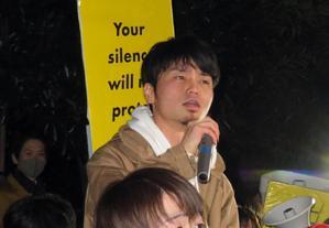 首相官邸前でデモに参加する元SEALDsの奥田愛基氏(中央)