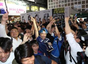 日本がコロンビアに勝利し、喜び合う渋谷駅前のサポーター(撮影・河野匠)