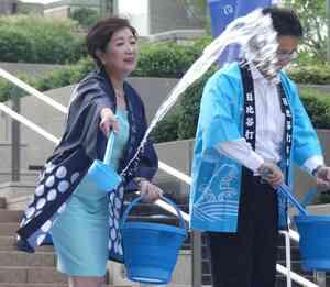打ち水イベントで水をまく東京都の小池百合子知事(撮影・中山知子)