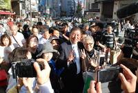 大阪・なんばで街頭演説後、写真撮影に応じる石破茂氏(撮影・松浦隆司)