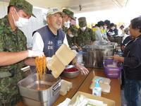 11日昼の炊きだしはやんじー(左から2人目)たちのミートソーススパゲティと陸自のポトフとの洋食コラボ(撮影・清水優)