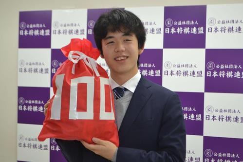 記録ずくめの通算100勝に笑顔を見せる藤井聡太七段
