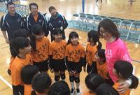 大会会長の益子直美さん(右)は子どもらの円陣に入って気さくに声を掛ける