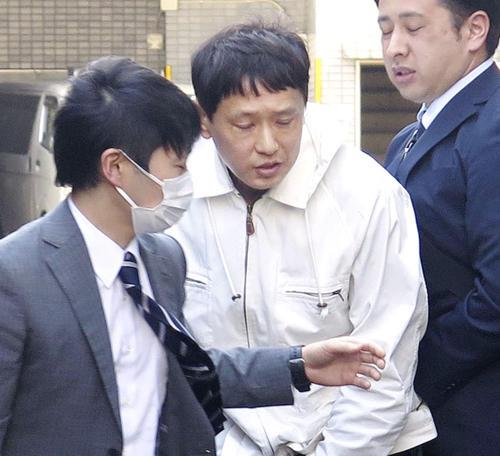 警視庁赤羽署に入る藤井康成容疑者(中央)(共同)