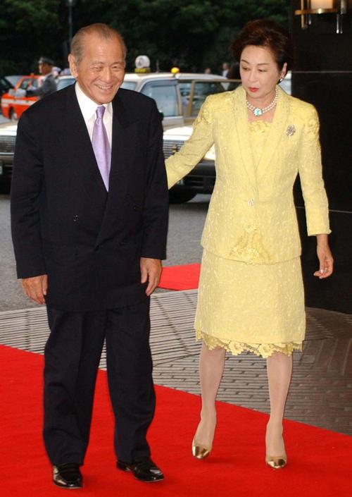 相沢英之さん(左)と司葉子夫人(04年5月撮影)