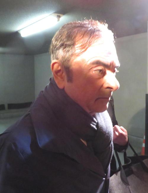 3日、都内の弁護士事務所から出るカルロス・ゴーン被告(撮影・村上幸将)