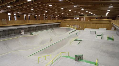 「村上スケートパーク」をドローンで上空から撮影。左がパーク、右がストリート(撮影・鹿野芳博、山崎安昭)