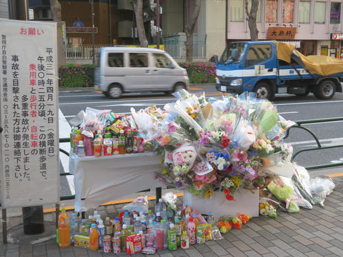 東京・池袋の事故現場付近に設置された献花台(撮影・村上幸将)