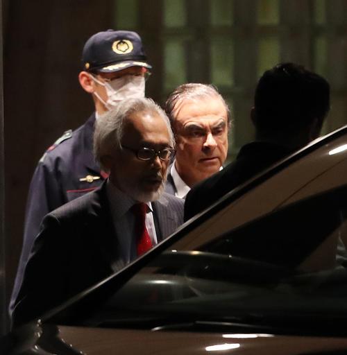 東京拘置所前から保釈されたカルロス・ゴーン被告(右)(撮影・林敏行)