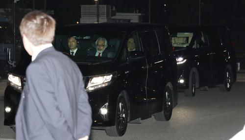 保釈され、ワゴン車の後部座席に乗って東京拘置所を出るカルロス・ゴーン被告(右)(撮影・林敏行)
