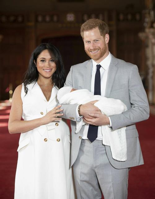 第1子を抱くヘンリー王子とメーガン妃(AP)