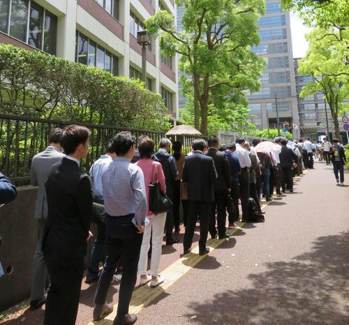リストバンド型整理券を求め、千葉地裁周辺に並んだ長蛇の列(撮影・村上幸将)