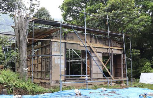 老朽化が目立つ鈴木屋敷(共同)