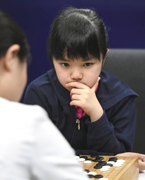 夢百合杯世界囲碁オープン戦の統合予選で、中国の王晨星五段(手前)と対局する仲邑菫初段(共同)