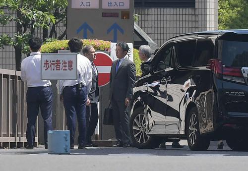 公判前整理手続きのため東京地裁に入るカルロス・ゴーン被告(左から3人目)(撮影・加藤諒)