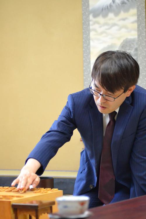 歴代最多タイの通算1433勝目をかけた谷川浩司九段との対局で初手を指す羽生善治九段