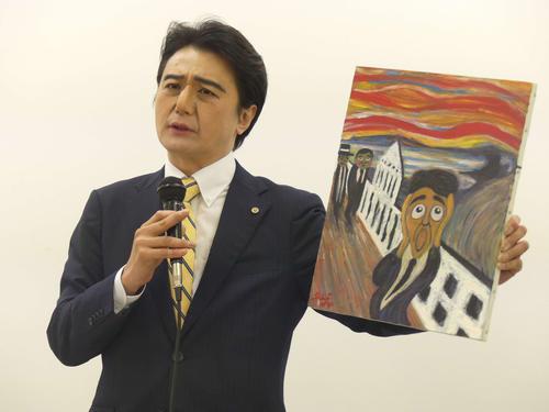 ムンクの「叫び」と安倍首相をモチーフにしたパロディー画を披露する福本ヒデ
