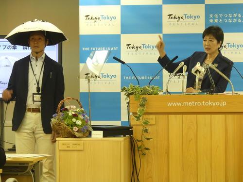 暑さ対策に向けて「かぶる傘」の試作品を発表した小池百合子都知事