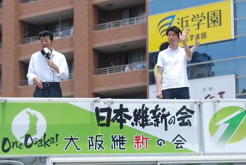 堺市内で永藤英機氏(右)の応援演説する松井一郎市長(撮影・松浦隆司)