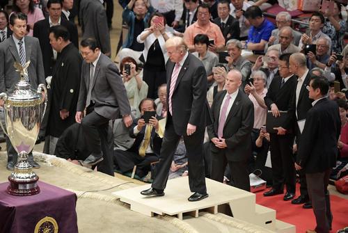 黒いスリッパをはいて土俵に上がる米国のドナルド・トランプ大統領(撮影・加藤諒)