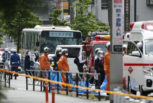 小学生を含む複数の人が刺され騒然とする、通学バスが留め置かれた現場付近(共同)