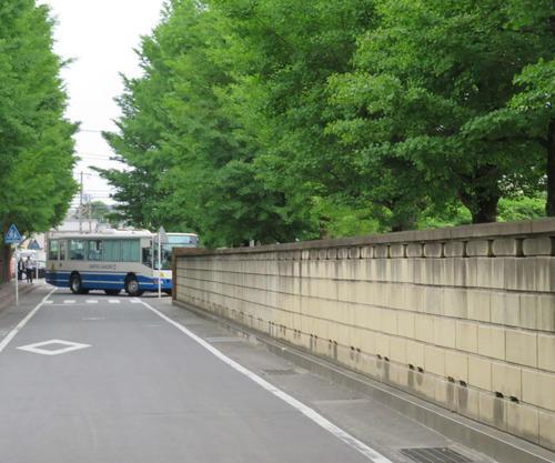事件現場からカリタス小学校に戻ってきた通学バス(撮影・村上幸将)