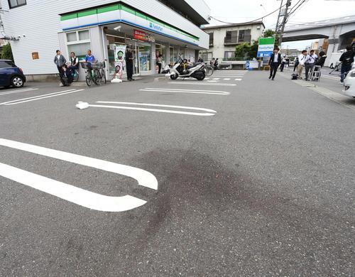 事件のあったファミリーマート登戸新町店付近には血痕が生々しく残る(撮影・河田真司)