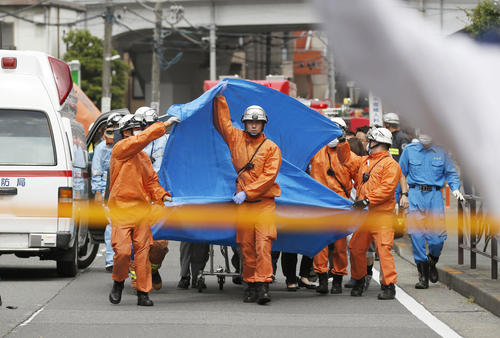 小学生を含む複数の人が刺された現場付近で、救助にあたる救急隊員ら(共同)