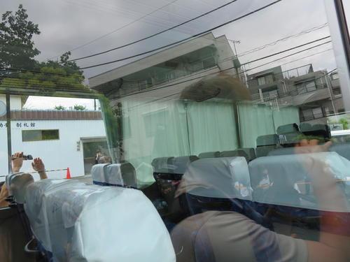 登戸駅の近くで男に刺された小学生が乗っていたカリタス小学校の通学バス車内(撮影・村上幸将)