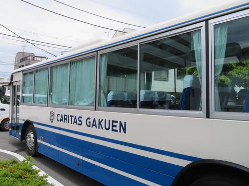 登戸駅の近くで男に刺された小学生が乗っていたカリタス小学校の通学バス(撮影・村上幸将)