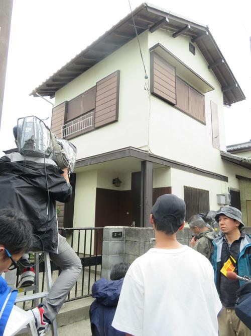 岩崎容疑者宅の雨戸は固く閉ざされた