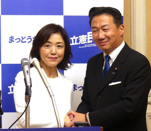 立憲民主党の福山幹事長(右)と握手をかわす元キャスターの白沢みき氏