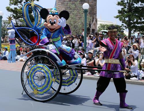 東京ディズニーランド七夕グリーティングで人力車に乗って登場したミッキーマウス(撮影・鹿野芳博)