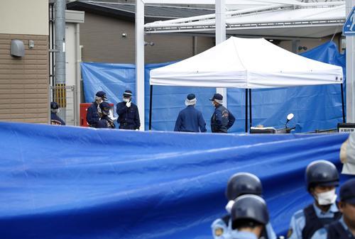 警察官が刺される事件があった大阪府吹田市の千里山交番周辺を調べる捜査員ら(共同)