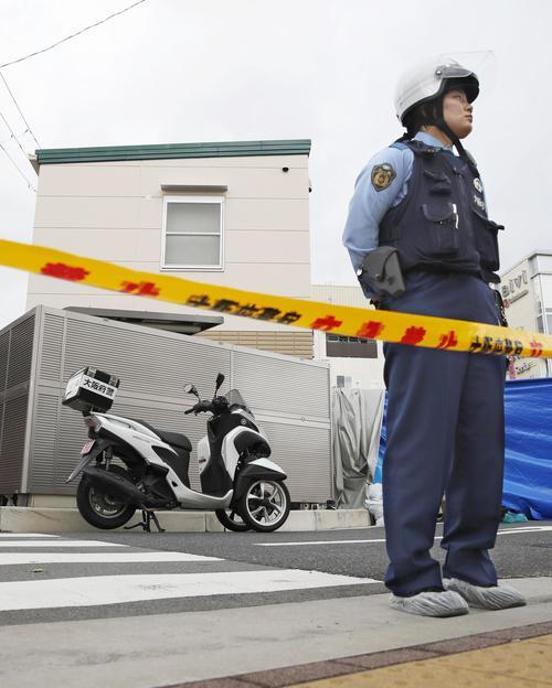 警察官が刺され拳銃が奪われる事件があった千里山交番(奥)(共同)