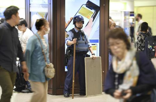 阪急梅田駅で警戒に当たる警察官(中央)(共同)