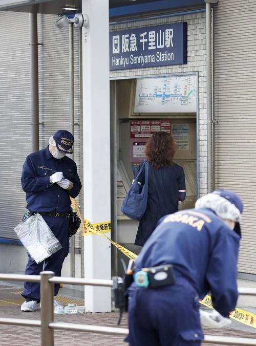 警察官が刺され拳銃が奪われる事件があった千里山交番周辺を調べる捜査員。後方は阪急千里山駅(共同)