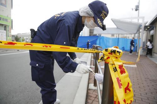 警察官が刺され拳銃が奪われる事件があった千里山交番周辺を調べる捜査員(共同)