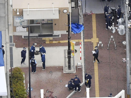 警察官が刺され拳銃が奪われる事件があった千里山交番(左上)周辺を調べる捜査員(共同)