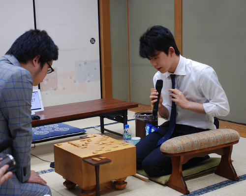 開幕白星発進し、インタビューに応える藤井聡太七段(撮影・松浦隆司)