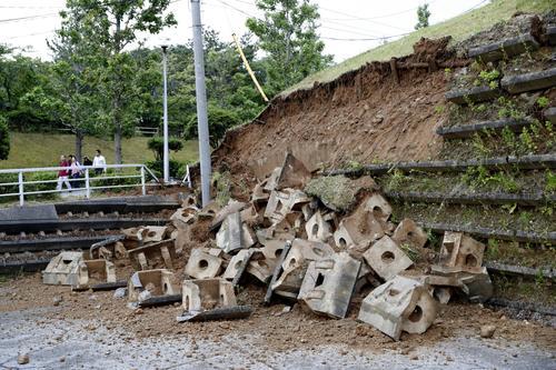 強い地震で崩れた、新潟県村上市の山北総合体育館脇の斜面(共同)