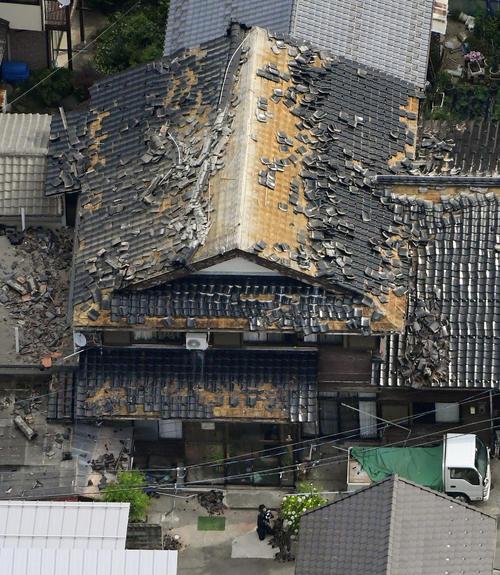 地震により屋根瓦が被害を受けた住宅=19日午前7時12分、山形県鶴岡市(共同)