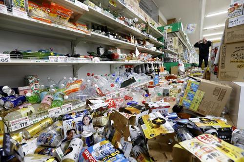 地震で商品が散乱したスーパー=19日午前5時、山形県鶴岡市(共同)