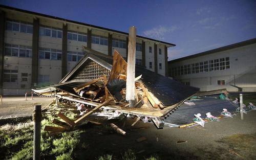 山形県鶴岡市立大泉小で倒壊した建物=19日午前3時34分(共同)