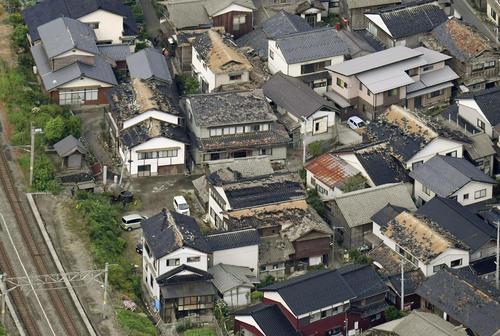 地震で屋根瓦などが被害を受けた住宅地=19日午前7時6分、山形県鶴岡市(共同)