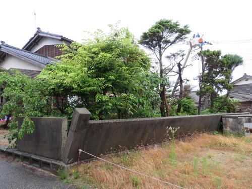 石塀が倒れた小田吉重さんの自宅(撮影・村上幸将)